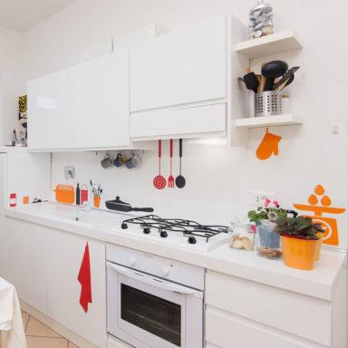 moode-bnb-casa-vacanza-roma-decorazione-ristrtutturazione-wallstickers-logo_allestimento_kitchen